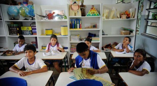 sala-de-aula-estudantes-alunos-na-escola-20042019104934155